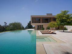 piscina e espreguiçadeiras de madeira