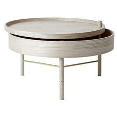 Turning Table fra Menu er designet av den tyske designeren Therese Arns, med det formål å skape et enkelt bord med innebygget oppbevaring til alt hva som er fint å ha tilgjengelig i stuen. Bordet er elegant, innbydende og funksjonelt og kan brukes i flere sammenhenger, som f.eks sidebord og sofabord eller som nattbord med plass til en god bok. Bordet betjenes enkelt med et lett trekk i topplaten, hvor det skjulte oppbevaringsrommet kommer til syne.Materiale : Hvit / AskMål : Ø 65 x H...