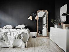 Dormitorio retro vintage / Dormitorio pared negra / Un elegante estudio de paredes negras y decoración vintage #hogarhabitissimo