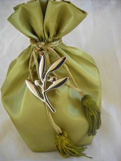 σατέν πουγκί και μεταλλική ελιά Crafts Beautiful, Wedding Car, Bucket Bag, Beautiful Pictures, Babies, Fashion, Moda, Babys, Fashion Styles