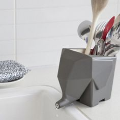 Dry your cutlery in this sink-side elephant. more than happy to drain all excess water from your wet cutlery straight into the sink. This elephant collects the runoff water. Jumbo The Elephant, Grey Elephant, Elephant Stuff, Elephant Gun, Elephant Mobile, Elephant Design, Design3000, Yanko Design, Cuisines Design