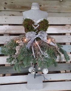 borststuk ! groen met kerst Dress Form Christmas Tree, Christmas Flowers, Christmas Love, Beautiful Christmas, Christmas Wreaths, Christmas Crafts, Christmas Decorations, Xmas, Christmas Ornaments