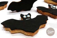 Recette de sablés pour Halloween ! Découvrez notre recette pour réaliser de jolis petits sablés en forme de chauve-souris pour Halloween à recouvrir avec de la pâte à sucre noire. #halloween #dessert #recette #sable #cuisine Dessert Halloween, Halloween Ideas, Muffin, Sugar, Treats, Cookies, Desserts, Julie, Bandeau