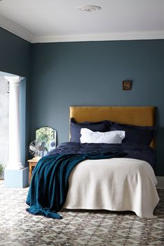 ein h bsches blau grau als wandfarbe im schlafzimmer kolorat wandfarbe. Black Bedroom Furniture Sets. Home Design Ideas