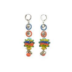 Jolie paire de boucles d'oreilles composée de petits poissons lune en verre aux couleurs de l'été, ''corail'' et ''bleu''. On rajoute des anneaux émaillées, quelques perles et on obtient l'accessoire parfait pour aller se balader en bord de mer. #ladroguerie #bijoux