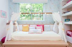 A cama da SOFIA segue um estilo tatame tradicional. Mas uma armação-cabana em cima virou a maior atração! Tudo pensado pela arquiteta CRISTIANE PASSOS.