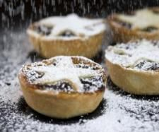 Orange and cranberry mince pies Nothing says Christmas like a warm, homemade mince pie, and this zingy twist on the classic recipe is deliciously easy. Filled with festive falvours, the mixture of cranberries, almonds and almond past Christmas Pudding, Bbc Good Food Recipes, Sweets Recipes, Pie Recipes, Pudding Recipes, Yummy Recipes, Recipies, Fruit Mince Pies, Mince Meat