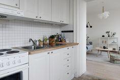 Post: Mini-cocina femenina y con estilo --> blog decoración nórdica, decoración cocinas, decoración cocinas nórdicas, decoración femenina, decoración pisos pequeños, Eos lightbrown de la marca danesa Vita, lampara de plumas, mini pisos nórdicos, Mini-cocina femenina y con estilo