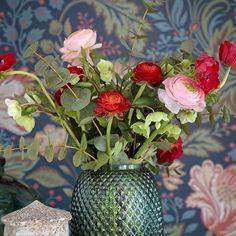 Fredagsbuketten går i rött och rosa och med den önskar vi er en riktigt härlig helg 🌷 Foto Karl Anderson Styling Matilda Appelberg #bukett #blommor #inred #inspiration #fredag #jul #advent #happiness #husohem