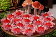 festa chapeuzinho vermelho com doces em forma de maçã.