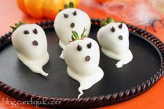 A Blissful Nest shares the yummiest and scariest Halloween desserts out there! Get recipes and ideas for your Halloween party. Halloween Desserts, Halloween Cupcakes, Diy Halloween Food, Bonbon Halloween, Postres Halloween, Dulces Halloween, Halloween Treats For Kids, Halloween Punch, Creepy Halloween