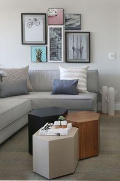 Sala de estar com sofá em L cinza claro com combinação de mesinhas de centro Projeto de Degrade Decoração #sofaideas #sofadecanto
