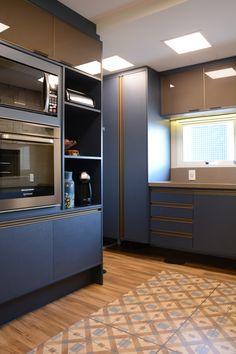 Cozinha em azul Sirena - Duratex e bancadas Brown Chiaro - Vulcana.