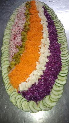 Salada mista: rabanete ralado, cenoura,e repolho roxo ralados, pepino em conserva cortado em cubos pequeno, palmito também cort...