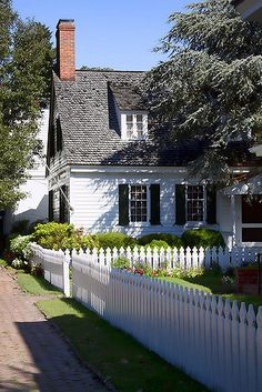 Cottage with picket fence! Who doesn't love a picket fence? White Cottage, Cozy Cottage, Cottage Living, Cottage Homes, Cottage Style, Colonial Cottage, Southern Cottage, Tiny House, White Picket Fence