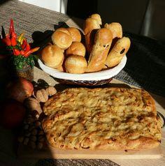 Focaccia integrale con cipolle, panini integrali con olive taggiasche e muffulette. Buon appetito