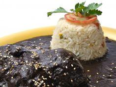 Receta de Mole Poblano   Esta receta típica de Puebla se dice que fue creada en el siglo XVII y constaba de mas de 100 ingredientes. Hoy en día, existen versiones más simplificadas pero igual de deliciosas.