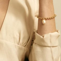 Faux Pearl Charm and Gold Toned Chain Bracelet Costume Jewelry Fashion Accessory