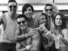 Mario Casas celebró en grande el Orgullo Gay en Madrid ¡Míralo!   E! Online Latino   Argentina Oscar House, Black White Photos, Black And White, Hot Guys, Hot Men, Couple Photos, Couples, Cute, Outfits