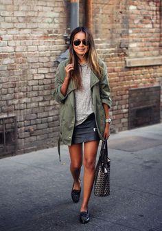 A saia de couro é aquele elemento poderoso que a gente sempre pode recorrer para dar um up no visual.