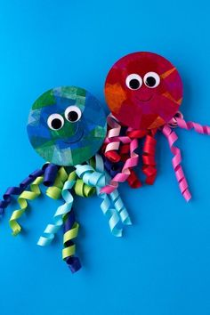 animal crafts for kids Summer is the perfect season for creating ocean themed art. In this post, learn how to make a colorful upcycled CD and ribbon jellyfish craft. Cd Crafts, Ocean Crafts, Easy Arts And Crafts, Daycare Crafts, Beach Crafts, Easy Crafts For Kids, Craft Activities For Kids, Summer Crafts, Preschool Crafts