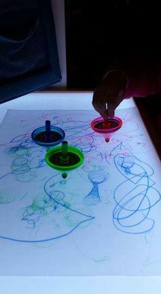 Mesa de luz Overhead Projector, Sensory Activities Toddlers, Light Board, School Art Projects, Reggio Emilia, Light And Shadow, Light Table, Early Childhood, Diy Art