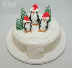 Penguins Christmas cake cute trees with snow Christmas Cake Designs, Christmas Cake Topper, Christmas Cake Decorations, Christmas Cupcakes, Christmas Goodies, Christmas Treats, Christmas 2014, Winter Christmas, Types Of Cakes