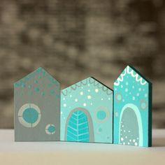 """Variabilní domečky Ručně malované dřevěnédomečky spojené panty, lze je tedy různě natáčet. Vhodné jako dekorace na pracovní stůl, aby jste se i v prácicítili """"jako doma"""". Výška 7 cm, celková délka 14,5 cm."""