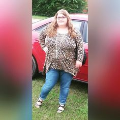 Cute plus size outfit. Fatshion. Street style. Leopard top tunic. Plus size skinny jeans. Black strappy wedges.