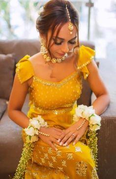 Haldi outfit - Haldi outfit Source by - Choli Blouse Design, Saree Blouse Designs, Heavy Dresses, Simple Dresses, Long Bridesmaid Dresses, Bridal Dresses, Latest Bridal Lehenga, Haldi Function, Indian Dresses
