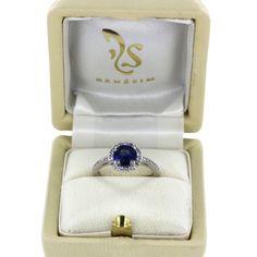 Das Ringmodell Prague von RenéSim mit einer diamantenbesetzten Ringschiene und einem von Brillanten gerahmten Ceylon-Saphir