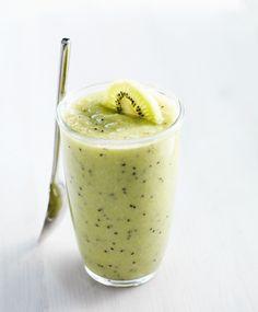 Smoothie met komkommer, banaan, sinaasappel en kiwi