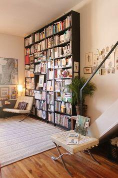 Big black bookshelf in a stylish living room / Großes schwarzes Buchregal in stylischem Wohnzimmer