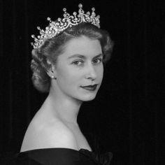 Lana Parrilla @LanaParrilla  20 minHá 20 minutos  From one on Queen to another - Happy Birthday, #QueenElizabeth II @Queen_UK  TWITTER DE LANA PARRILLA HOJE DE MANHÃ 21/04/2016 De uma rainha para outro-feliz aniversário, #QueenElizabeth eu @Queen_UK