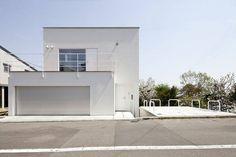 輕盈、極簡。 位於北海道札幌的這個住家,是的離市中心約有20分鐘車程的住宅區,周圍都是新舊並陳的建築,基地本身有著2公尺的高低傾斜,建築師 山内圭吉 設法將這樣的高低差,化作空間的特點,在有限的預算下把室內空間的極簡和純美表現出來,給人感覺是洋溢輕盈感的好住宅。  via 山内圭吉建築研究所