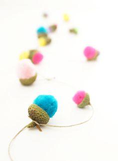 Guirlande de mini-pompons déguisés en glands {Mini Pom Pom Acorn Garland}
