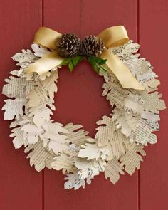 How to make a book page maple leaf wreath and garland. Izard Izard Brodwater instead of maple leaves maybe heart wreath or garland? Diy Fall Wreath, Autumn Wreaths, Wreath Crafts, Fall Diy, Paper Wreaths, Floral Wreaths, Spring Wreaths, Wreath Ideas, Summer Wreath