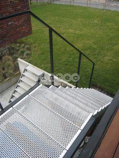 Escalier Exterieur palier avec marches perforé en acier inox avec RAL couleur.
