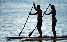 Le stand up paddle, un sport très a la mode, que l'on peut pratiquer sur la mer ou bien sur un lac. Au niveau musculation, on travaille le dos, les bras et les épaules. Mais on sollicite aussi les muscles profonds : la ceinture abdominale, les fessiers, les ischio jambiers. Sport très complet et facile à pratiquer.