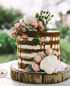Love this gorgeous rustic wedding cake.