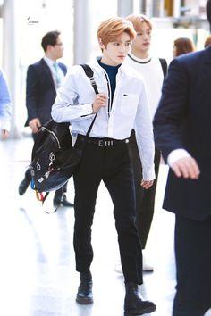 Taeyong (Winwin in the background) Fashion Idol, Kpop Fashion, Korean Fashion, Mens Fashion, Airport Fashion, Nct Taeyong, Hanbin, Fandom, Jeno Nct