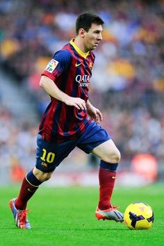 Lionel Messi of FC Barcelona runs with the ball during the La Liga match between FC Barcelona and Real Madrid CF at Camp Nou on October 26, 2013 in Barcelona, Catalonia.