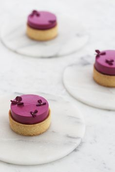 Blackcurrant and caramel tart Wedding Desserts, Mini Desserts, Plated Desserts, Salted Caramel Tart, Caramel Ganache, Chocolate Hazelnut, Homemade Chocolate, Cake Recipes, Dessert Recipes