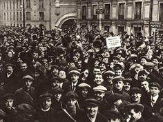 (119) - 1GM19 - 03 de agosto 1914: Alemania declara la guerra a Francia, El día anterior, Alemania había emitido un ultimátum a Bélgica solicitando paso libre a Francia a lo que el rey Alberto de Bélgica se había negado. Esta imagen muestra a los jóvenes reunidos en la estación de tren de Montparnasse en París para alistarse en el ejército francés.