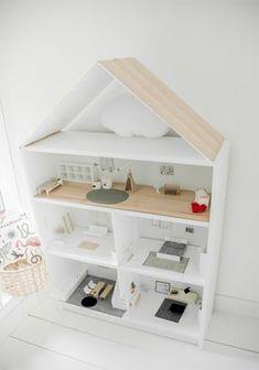 Maison de poupée dans une étagère