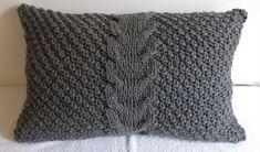 Cette housse de coussin gris personnalisé est tricotée avec un design de point de câble sur le devant et le dos. Il est fait dans un fil de laine gris. La housse se ferme avec un style d'enveloppe et de trois boutons en bois. La conception classique serait un ajout intemporel à