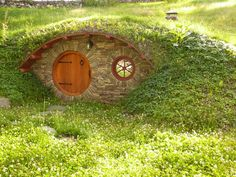 I was thinking this wohld be a cute fairy house!)Hobbit Hole Style Root Cellar - How cute! Sister Threads Farm: Building a Root Cellar: Tips and a Collection of Photos Fairy Houses, Play Houses, Cob Houses, Parc Floral, Root Cellar, Wine Cellar, Fairy Doors, The Hobbit, Hobbit Door