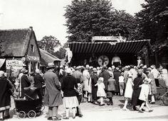De kermis van Laren (N-H), Nederland 1929. Foto: Het Rad van Avontuur, draait als een levensspel van onberekenbare kansen.