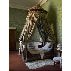 Green-background chinoiserie - Queen of Scots Dressing Room at Chatsworth (I like this one much less than the Wellington Bedroom paper. Regency House, English Style, French Style, Chatsworth House, Antique Beds, Fantasy House, Witch House, Old World Style, Architecture
