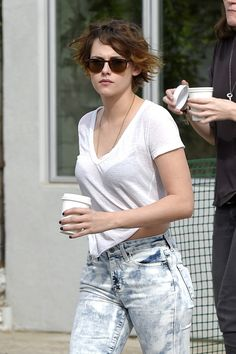 American actress Kristen Stewart, who recently attended the Chanel Couture Paris Fashion Week Show , was spotted out and about in LA. Kristen Stewart And Stella, Kristen Stewart Hair, Kristan Stewart, Hollywood Actresses, Most Beautiful Women, Celebs, Female, Sausage Stew, Vegetable Stew